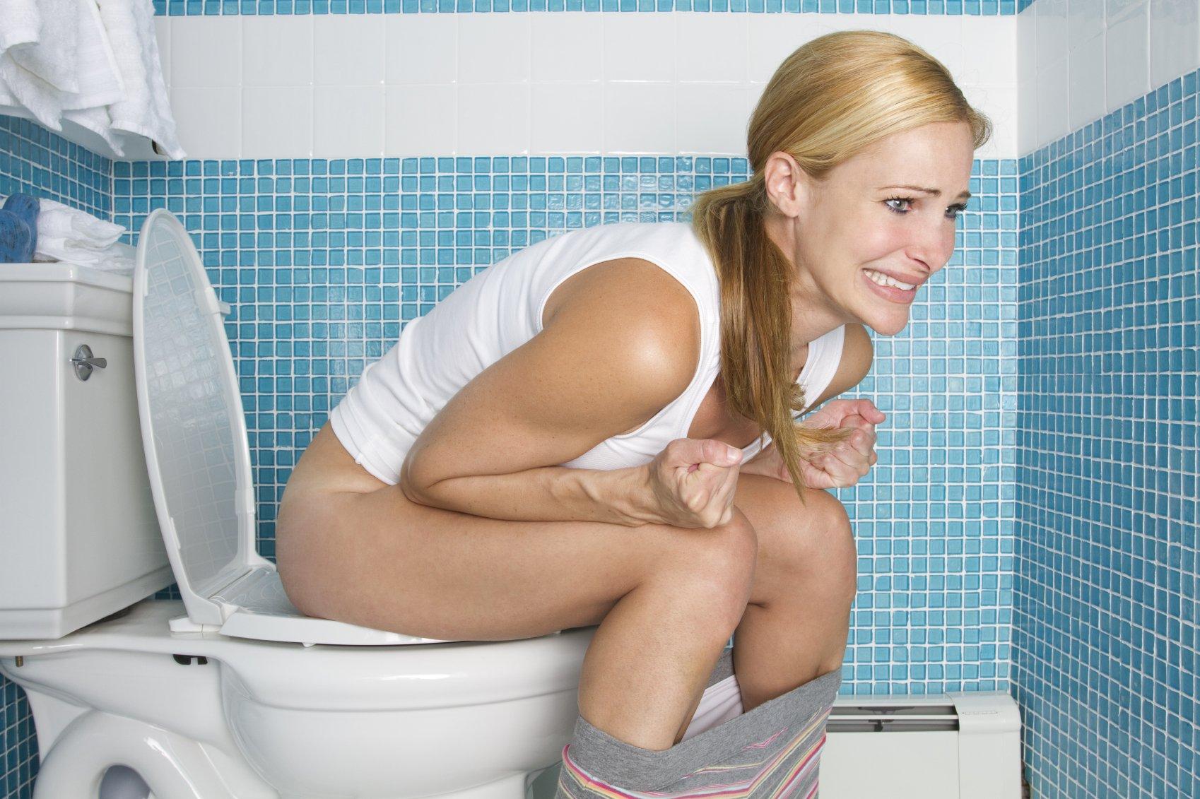 Красивая девушка в туалете